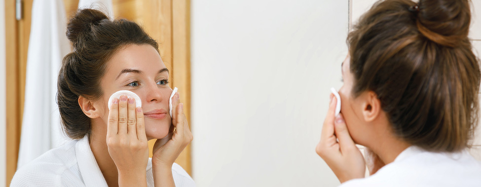 Woman-Removing-Makeup-Before-Bed